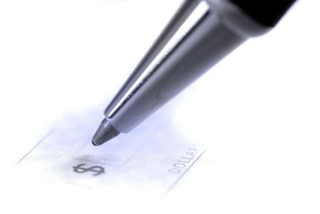 chequera: Persona escribir cheque con bol?grafo y chequera  Foto de archivo
