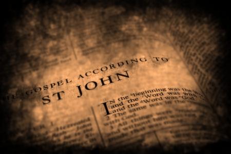 vangelo aperto: Apra le pagine di Bibbia isolato su sfondo bianco