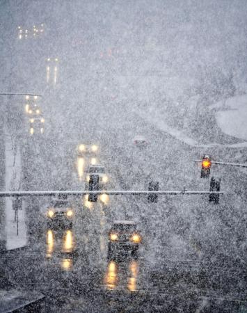 Strada invernale innevato con vetture di guida su strada in tempesta di neve Archivio Fotografico - 21533073