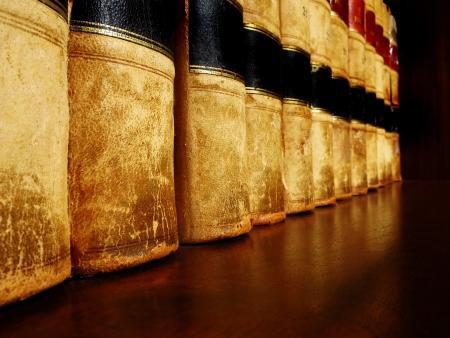 Rij van oude leer boeken op een plank Stockfoto