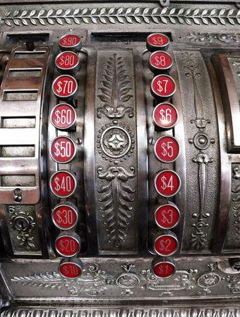 maquina de vapor: Primer plano detallado de una antigua caja registradora con los botones num�ricos rojos para las cantidades en d�lares