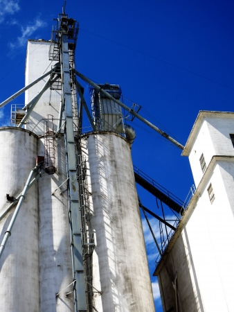commodities: Tall grainery building storing grain and farm commodities