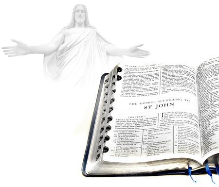 vangelo aperto: Apra le pagine di bibbia isolato su sfondo bianco con Gesù in background