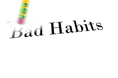 malos habitos: Persona que utiliza una goma de borrar para borrar los malos hábitos de su vida para que puedan empezar nueva