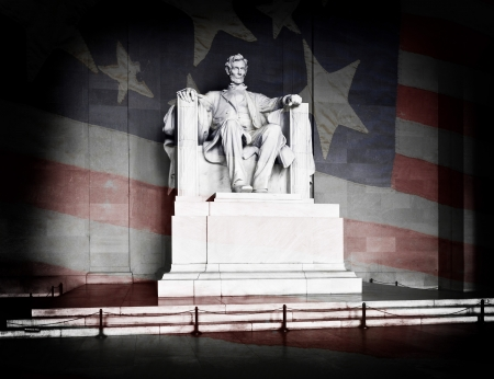Abraham Lincoln at the Lincoln Memorial in Washington DC with American Flag Foto de archivo
