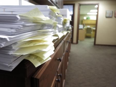 oficina desordenada: Oficina desordenada con muchos documentos y fichas desorganizados Foto de archivo