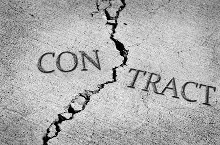 conversaciones: Cemento agrietado que simboliza un contrato roto o violado Foto de archivo