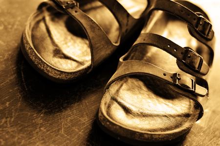 sandalias: Par del primer de viejas cómodas sandalias de cuero