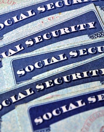 s�curit� sociale: Gros plan d�tail de plusieurs cartes de s�curit� sociale repr�sentant finances et la retraite