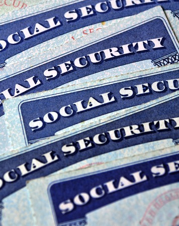 trabajo social: Primer plano de detalle de varias tarjetas de Seguro Social que representan las finanzas y la jubilación