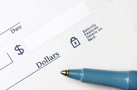 chequera: Pluma en cheque en blanco para escribir con dólares