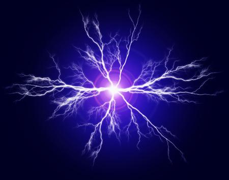 rayo electrico: Explosi�n de poder puro y la electricidad en la oscuridad Foto de archivo