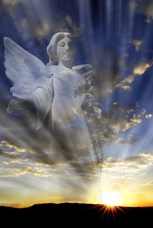 angel de la guarda: Ángel con alas en frente de la luz celestial
