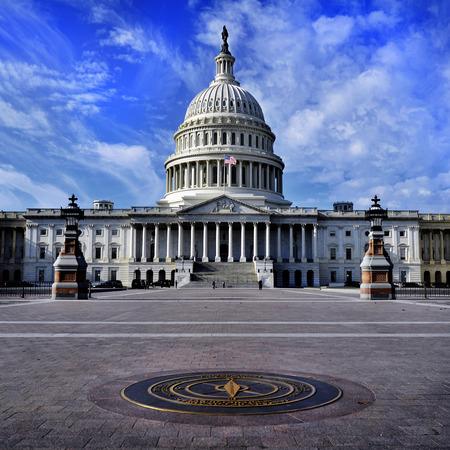 United State Capitol Building voor congres met Amerikaanse vlag stroomt in de wind en de kolommen op de achtergrond