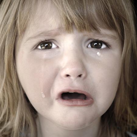 fille pleure: Portrait de petite fille qui pleurait des larmes coulaient sur ses joues