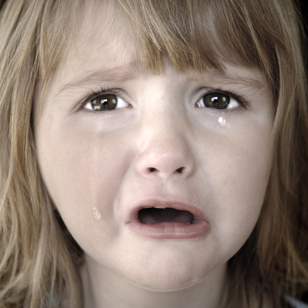 child crying: Retrato de ni�a llorando con l�grimas rodando por sus mejillas