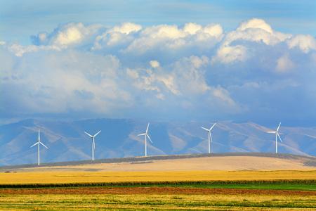 Szczegóły wiatraków wiatrowych farmy wiatrowej z gór i chmur