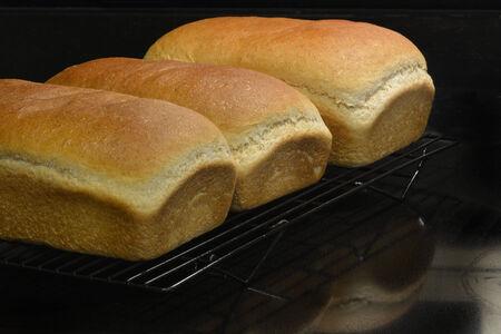 新鮮な自家製の焼きたてのパン ラックに 写真素材