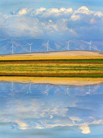 windfarm: Detalle de los molinos de viento en el parque e�lico de parques e�licos con las monta�as y las nubes