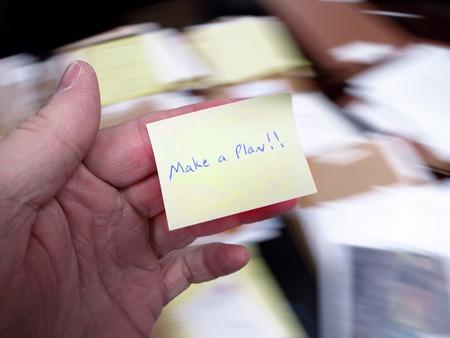oficina desordenada: Oficina sucio con la explotaci�n de la mano nota diciendo Haga un plan