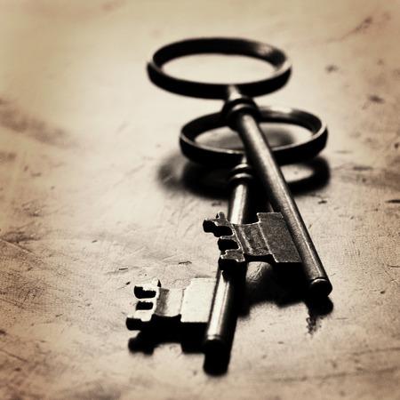 Oude sleutels tot op de top van versleten hout Stockfoto
