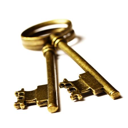 Oude sleutels tot op de top van de witte achtergrond geïsoleerde Stockfoto