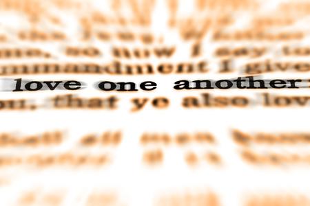 성경의 상세 근접 촬영 인용문 서로 사랑하기