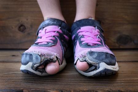 chaussure: Photo d�taill�e de chaussures avec des trous dedans et les orteils qui sortait enfant gosse jeune