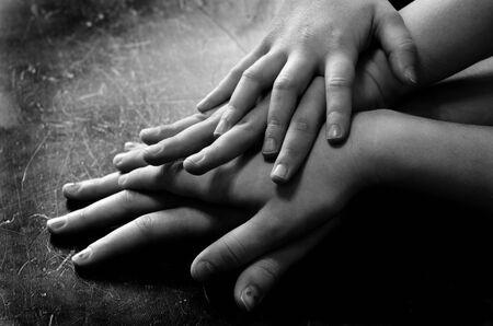 manos unidas: Las manos de la familia en la parte superior de uno al otro