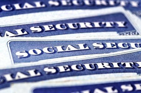 trabajo social: Detalle del primer de Tarjetas de Seguro Social en representación de varias finanzas y la jubilación Foto de archivo
