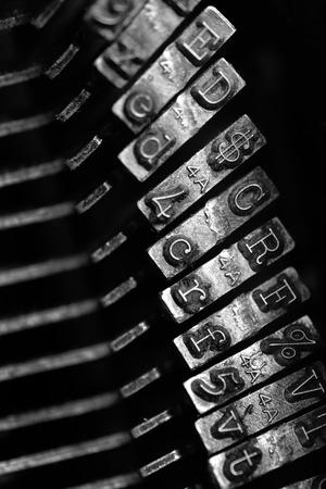 maquina de escribir: Detalle del primer de viejas llaves delantero m�quina de escribir para la comunicaci�n por escrito Foto de archivo