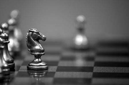 Échiquier avec chevalier blanc face à l'adversaire dans un match