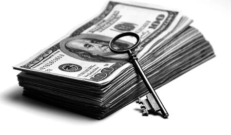 llaves: Colocación Viejo clave en la parte superior de la pila de dinero en efectivo