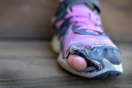穴と古い靴がすり減ってを突き出てホームレス服爪先のぼろぼろ