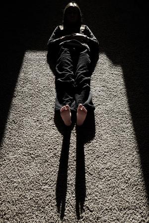 silueta niño: La luz del sol que causa la sombra de la persona tumbada en el suelo piernas pies cabeza