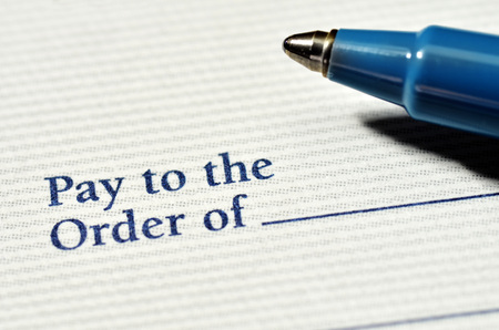 cheque en blanco: Pluma en cheque en blanco que se escribirá con dólares