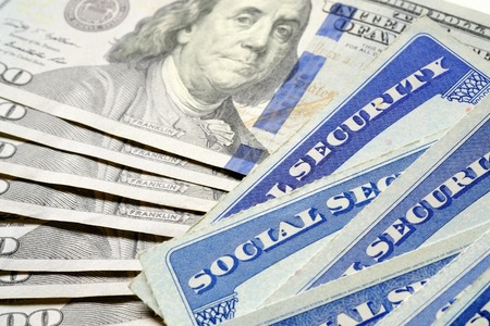 Nahaufnahme Detail von mehreren Sozialversicherungskarten, die Finanzen und den Ruhestand