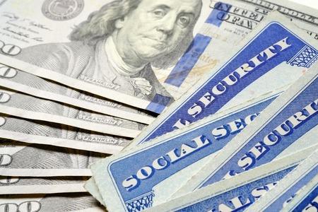 Detalle de primer plano de varias tarjetas de seguridad social que representan las finanzas y la jubilación Foto de archivo - 57802998