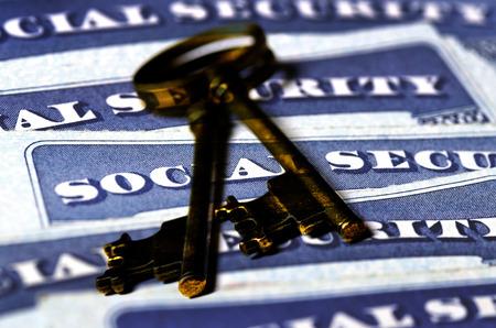 Detalle de primer plano de varias tarjetas de seguridad social que representan las finanzas y la jubilación Foto de archivo - 58218012