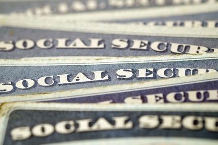 seguridad social: Detalle del primer de Tarjetas de Seguro Social en representaci�n de varias finanzas y la jubilaci�n Foto de archivo