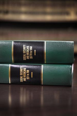 Close-up van de verschillende volumes van de wetboeken van codes en statuten van de Sociale Zekerheid Stockfoto