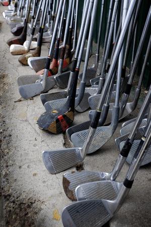 多くの行は、ゲーム スポーツ並んで古いゴルフクラブを使用しました。