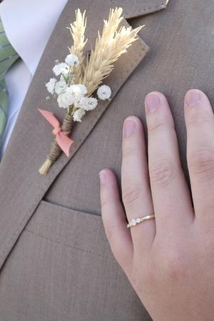 Hand mit Blumenjungenmädchen-Feierabschlussball-Heiratshochzeit