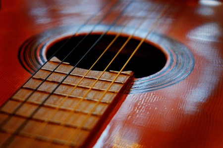 Szczegółowo Zbliżenie strun gitary do grania instrument muzyczny talent strum bicie