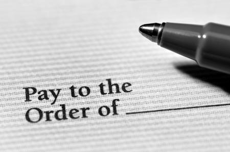 chequera: Pagar las cuentas y tener dinero con un cheque y la pluma