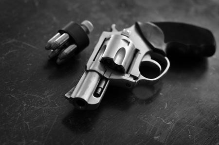 defensa personal: arma de fuego pistola para la defensa militar y auto Foto de archivo