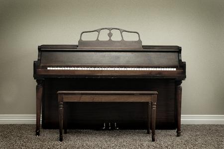 Oude vintage piano in huis voor muziek