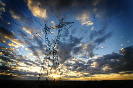 Landschaft von Stromleitungen für Elektrizität Metalltürme und Sonnenuntergang
