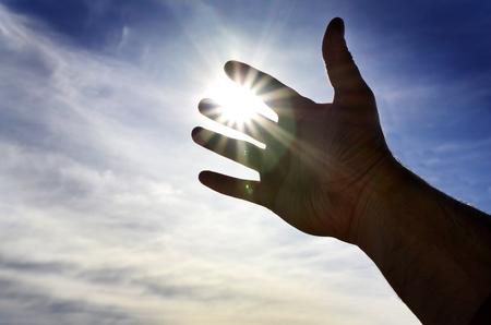 助けを求める天の光に向かって手を到達
