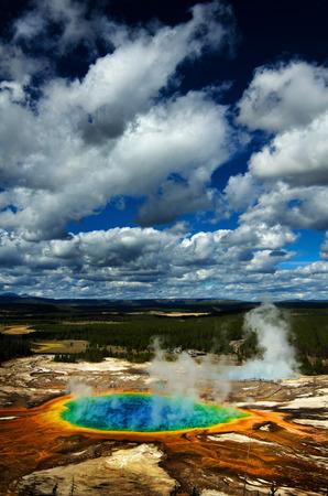 イエローストーン国立公園の色でグランド角形プール
